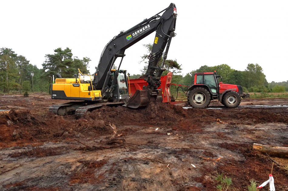 Vrijkomend strooisel wordt vervoerd en toegepast als bodemverbeteraar op landbouwpercelen in de nabije omgeving