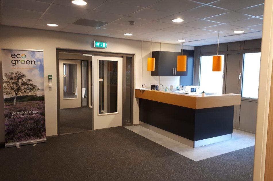 Zicht op de lunchruimte, kleuren en materiaalgebruik in zelfde stijl als ons kantoor in Zwolle