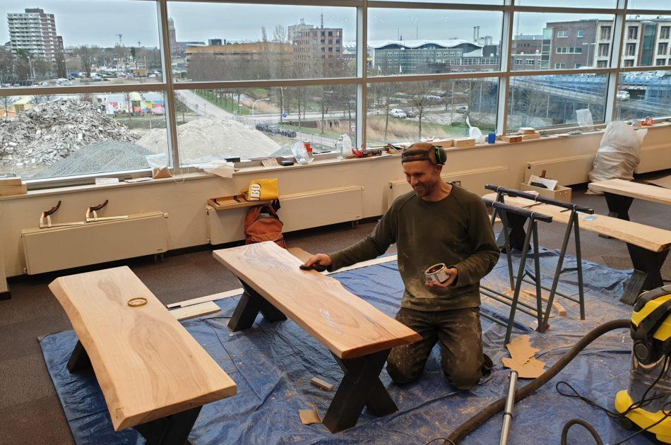 Etienne werkt zijn zelf ontwopen en gemaakte meubels af