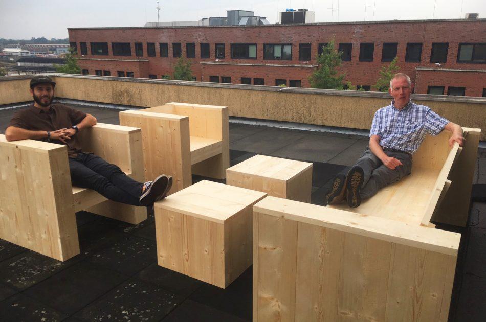 Martin en Sebastiaan op het dakterras in aanbouw, uiteraard komt er een groene omheining met veel bloeiende planten