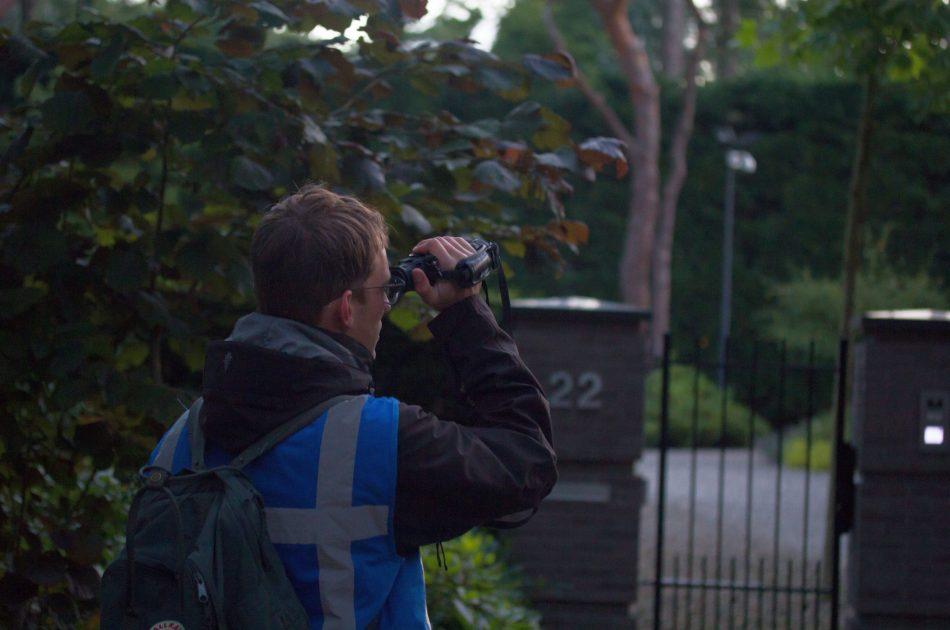 Collega Rutger Olthof telt met een warmtebeeldcamera het aantal zwermende vleermuizen.