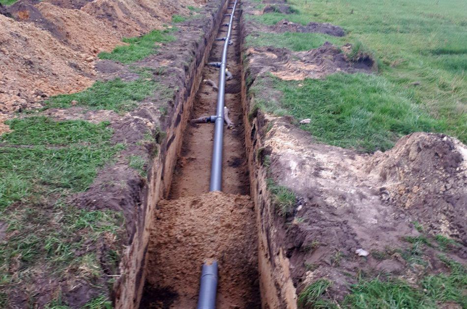De drainagebuizen sluiten aan op de hoofbuis. Foto: Mathieu Paalhaar