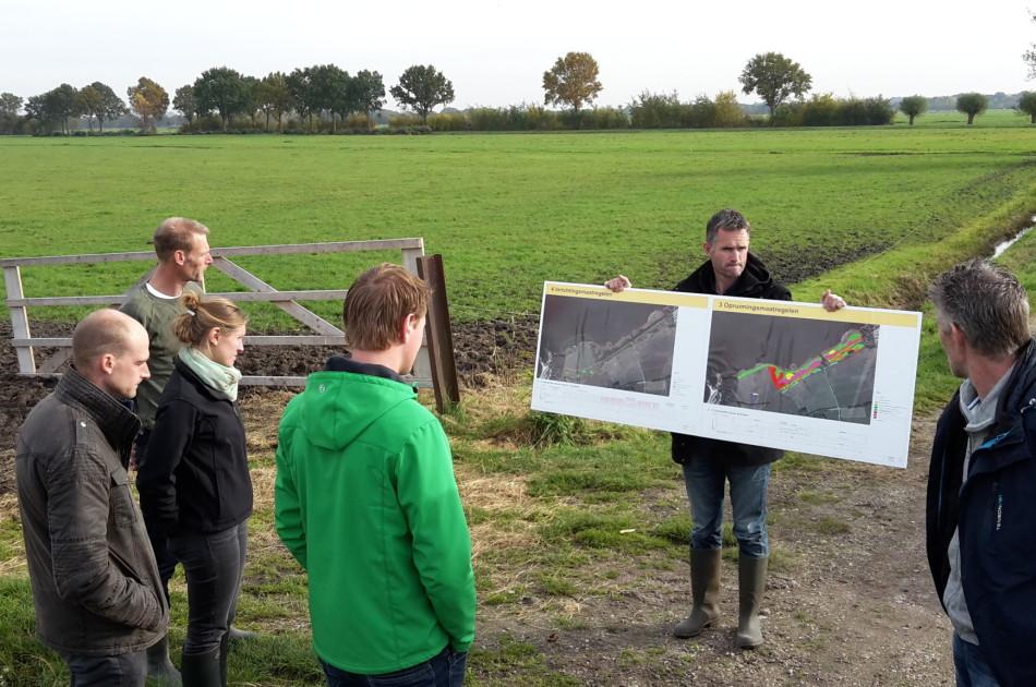Erwin leidt een bijeenkomst in het veld