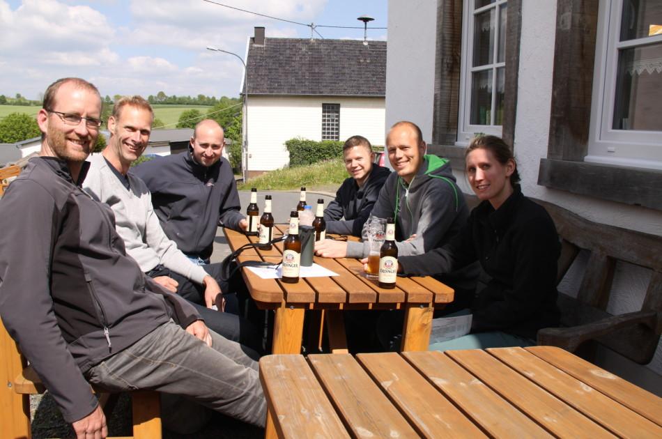 Samen aan tafel tijdens weekendje Eifel