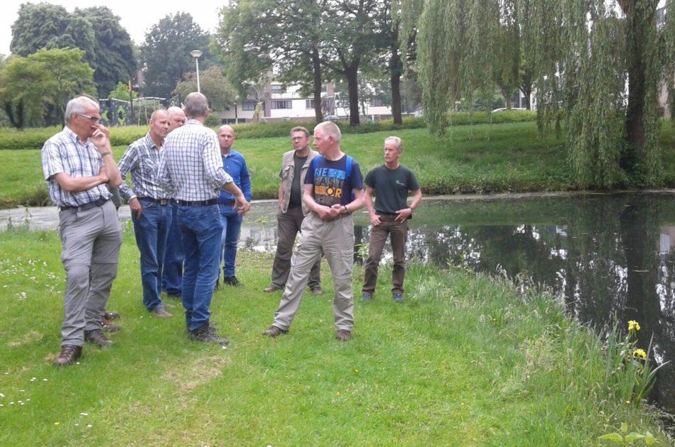 excursie groepje bij vijver