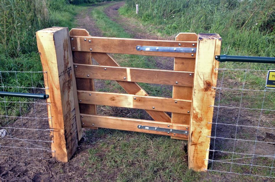 nieuw hekwerk met poort