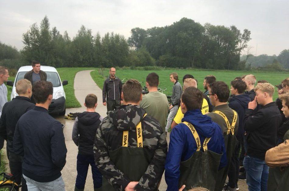Mark Hoksberg van Ecogroen geeft eerstejaars van de Sportvisacademie instructies (foto: Wim Zweep)
